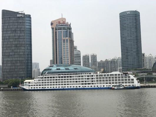 在船上看到的国际客运中心。本文图片均为澎湃新闻记者 邹娟 图