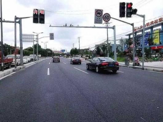 为缓解交通瓶颈压力,管理部门与设计单位多次沟通,确定了优化交叉口方案: