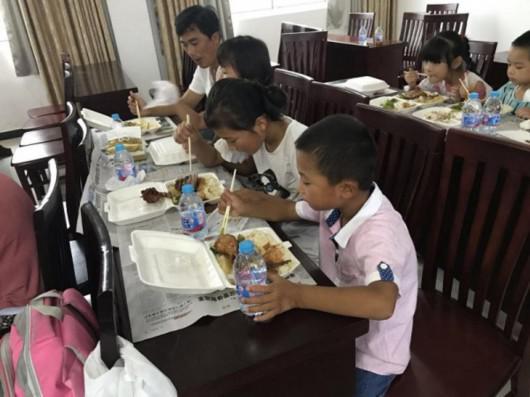 图说:崇明新河进化村安置转移人员用餐。崇明区供图
