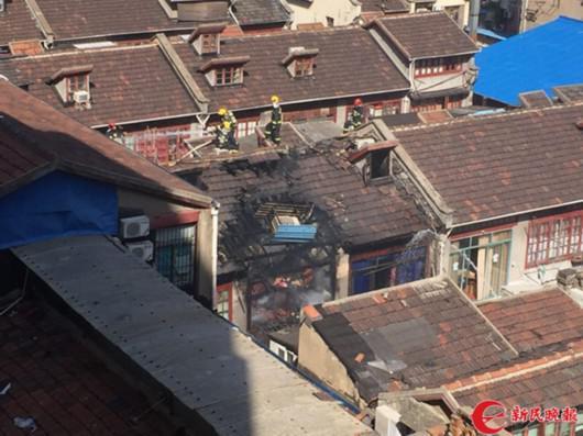 图说:今天上午10时许,虹口区唐山路778弄一居民家突发火灾。季晟祯摄