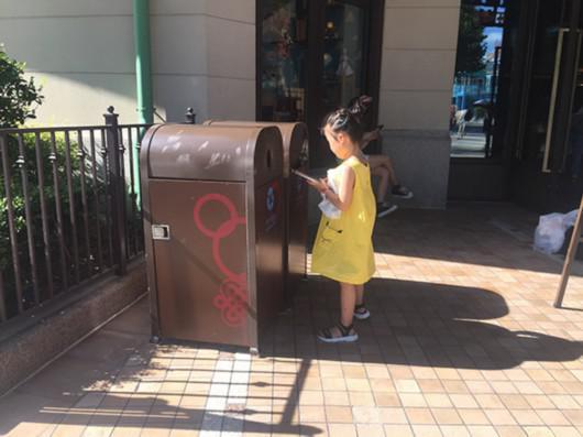8月2日,上海迪士尼,从浙江余姚来游玩的小果在扔垃圾 澎湃新闻记者 李佳蔚 图