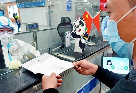 进博会入境参展商向民警出示邀请函 本文图均为黄鑫 图