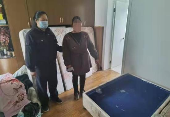 嫌疑人俞某指认盗窃婆婆财物的具体位置。崇明公安 图