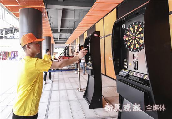 图说:市民体验掷飞镖 新民晚报记者 李铭珅 摄