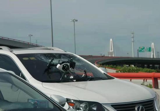 图说:一架无人机砸在SUV前挡风玻璃上 来源/受访者供图