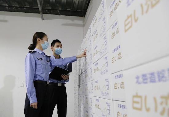 """上海海关缉私部门查获进口走私""""网红""""食品 本文图片均为上海海关供图"""