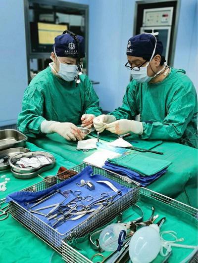 图说:东方医院团队在手术中 来源/采访对象供图