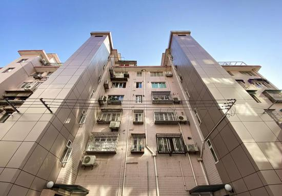 五里桥街道恭房小区成为黄浦区第一个自主安装电梯的小区。刘歆 摄