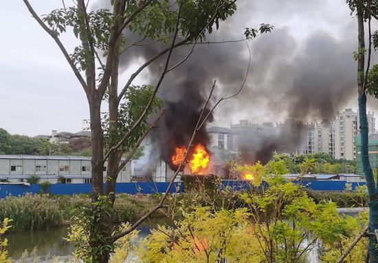 图说:杨浦区新江湾城地区政青路411号一建筑工地内突发火情 采访对象供图