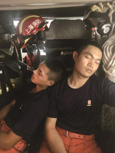 长宁消防救援支队的消防员在车上打个盹。本报记者赵立荣摄
