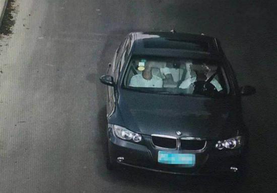 图说:嫌疑人作案后驾车驶离。青浦公安分局提供