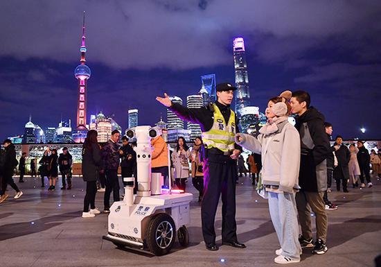 跨年夜,上海外滩,民警为市民游客服务。