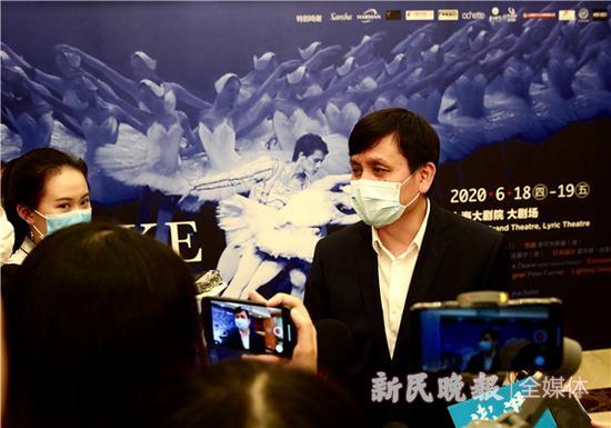 张文宏如期赴约观看天鹅湖预演 不忘提醒防疫小贴士