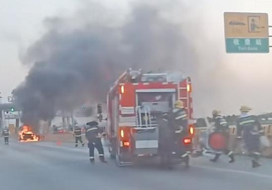 图说:消防人员到场灭火 网友供图