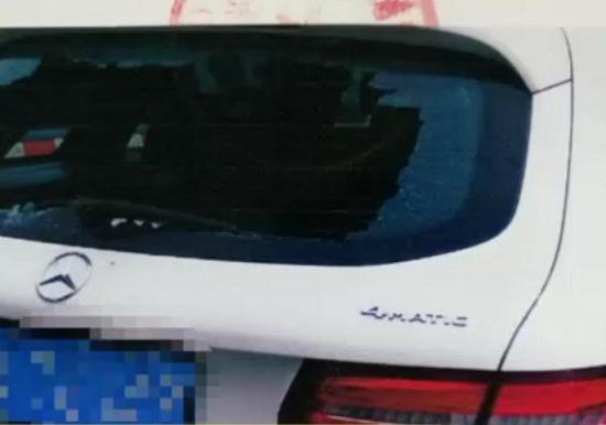 图说:路边轿车玻璃意外碎裂 来源/警方供图