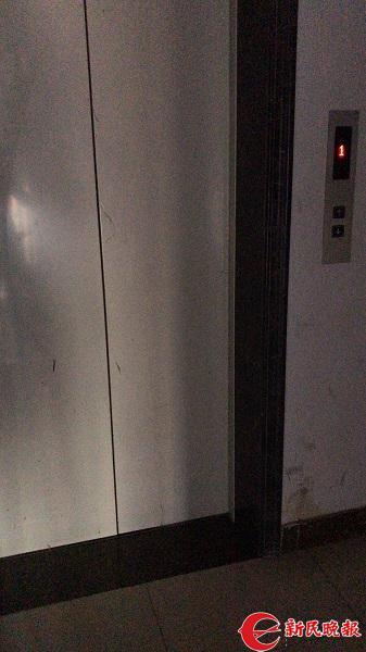 图说:38号楼的这部故障电梯仍在运营 新民晚报记者 徐驰 摄