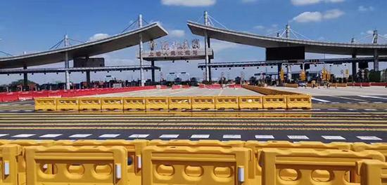 往上海方向的紧靠中央隔离护栏的4条车道开始第一阶段拆除工作。青浦警方供图
