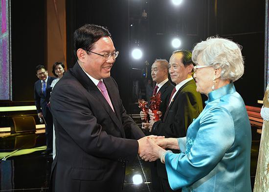这10人获上海文学艺术界最高荣誉 李强应勇为他们颁奖
