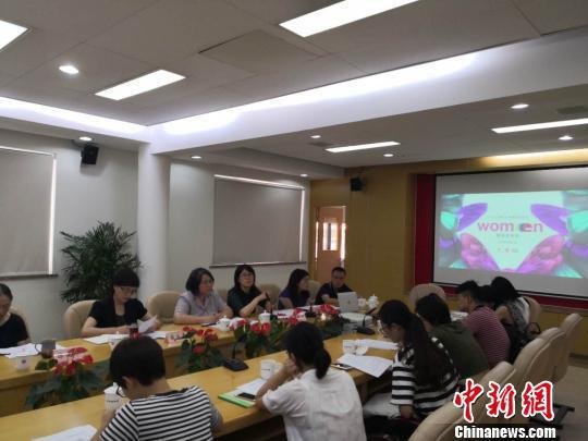 """上海市妇联披露""""上海女性的糊口与思想状况观测陈诉""""。 陈静 摄"""