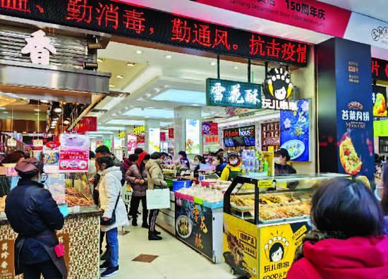 南京路步行街叫卖声此起彼伏 游客:感觉到了小商品市场