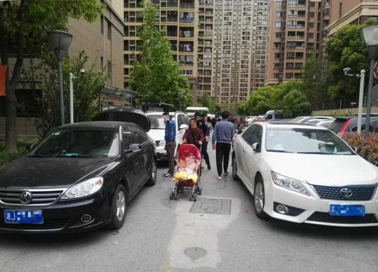 安居金祁新城二期连亮路出口处,机动车拥挤不堪。