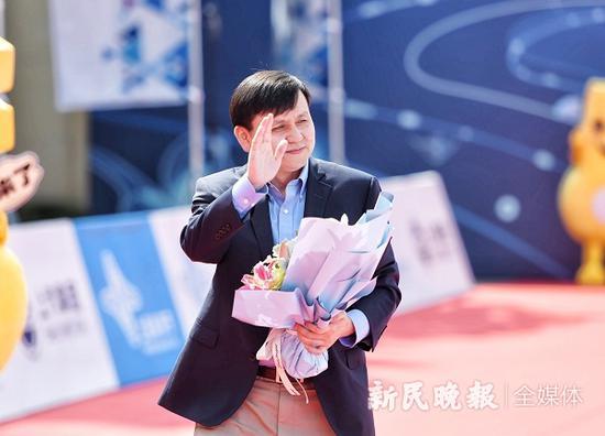 图说:张文宏教授走上红毯