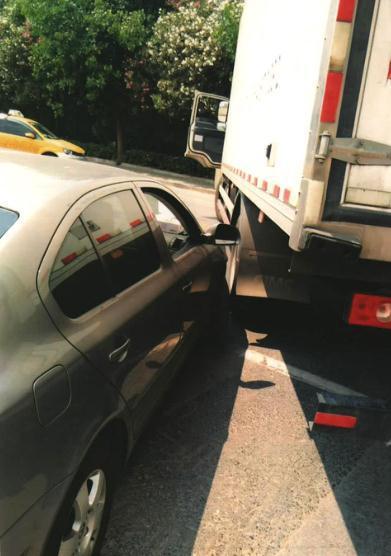 图说:张某的货车左侧中部与钱某的小轿车右侧前部发生碰撞。宝山区法院供图
