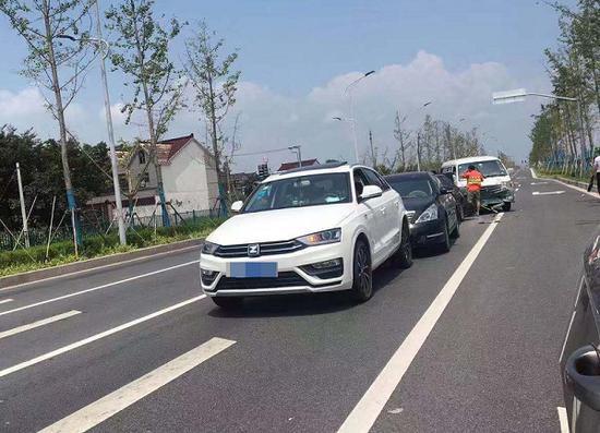 图说:六奉公路张闵路发生一起四车追尾事故 来源/市民高小姐供图