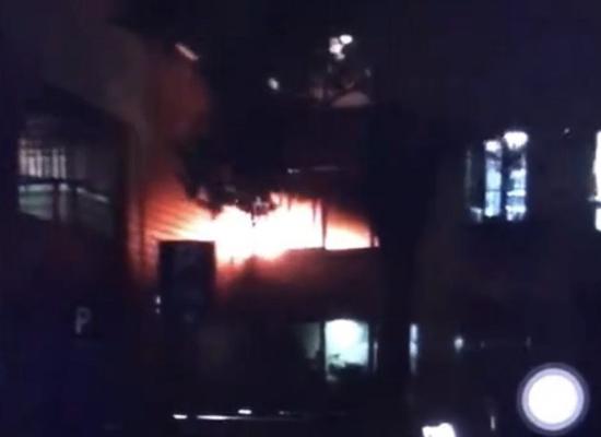 上海顺平路一小区居民家中发生火灾 多辆消防车驰援现场