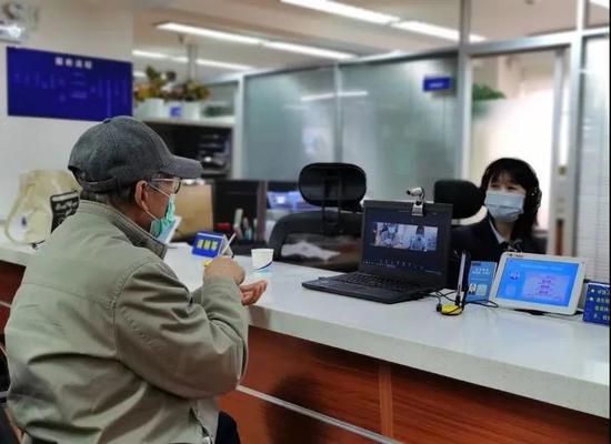 长宁社区事务受理中心引入智能手语服务听障人士