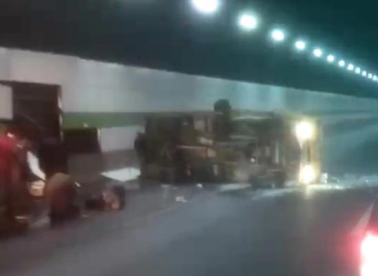 图说:卡车侧翻在隧道内。图片来源:网友供图