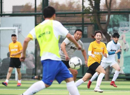 上海市民足球节上演压轴大戏 足坛明星与市民同场竞技