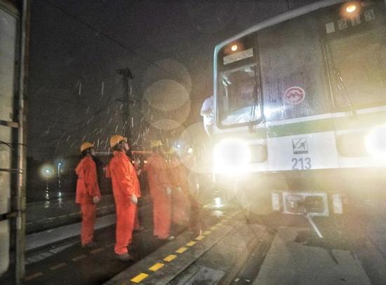 8月10日晚11时,在地铁龙阳路停车库,巡检人员步行巡检,检查接触网情况,有无异物侵入,确保在运营列车可以顺利回库。孟雨涵 摄