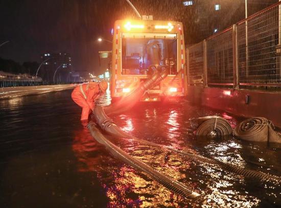 中环吴中路内圈,移动泵车正在抽水,昨夜工作人员通宵作业,排除积水。赖鑫琳摄