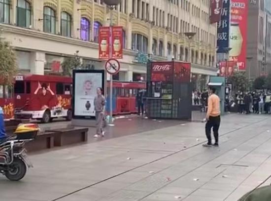 两人在南京路步行街抛洒人民币 肇事者系患有精神疾病