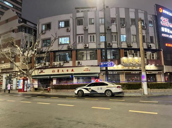 1月24日傍晚,西藏中路新闸路口的星火日夜商店。 澎湃新闻记者 李菁 图