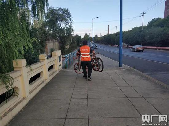 在进博会重点保障区域清理单车的工作人员 (央广网发 摩拜单车提供)