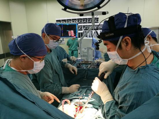 ▲医生们在为敏敏进行矫正手术