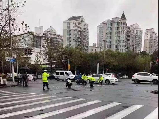 助动车将三万现金散落街头 上海警方全城寻找失主