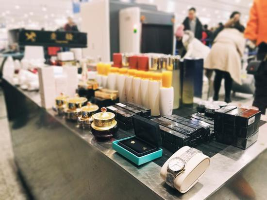 2019年1月6日,浦东机场海关在旅检渠道查获1起旅客携带超量消费品210件未报入境。(曾梦寒 摄)