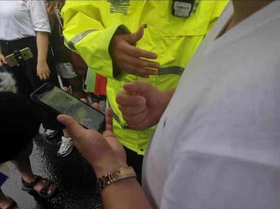 """在民警指导下,驾驶员在""""上海交警""""APP里找到了""""电子亮证""""功能"""
