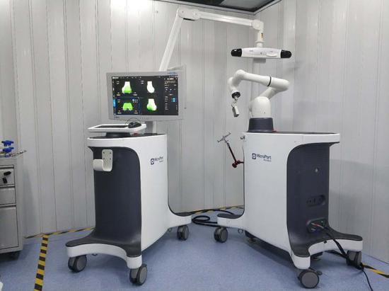 """全国产化的""""鸿鹄""""关节置换手术机器人。"""