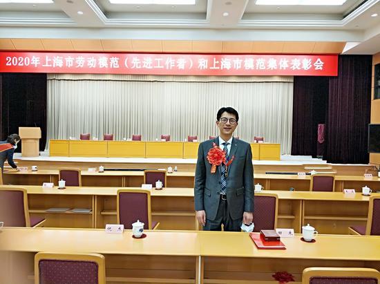 第一次当选市劳模的王昊在表彰会现场留影。受访者 供图