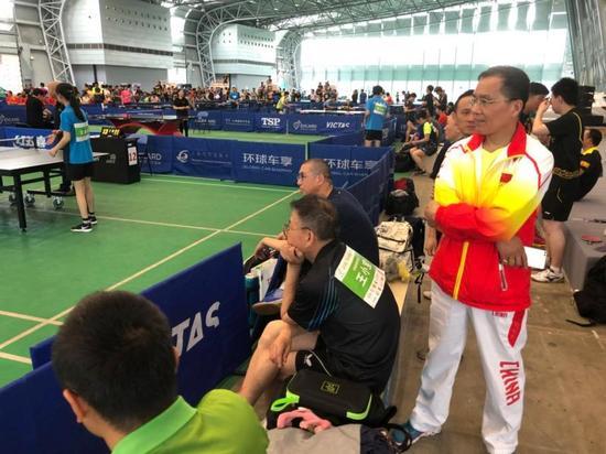 图说:老杨在赛场边观战。