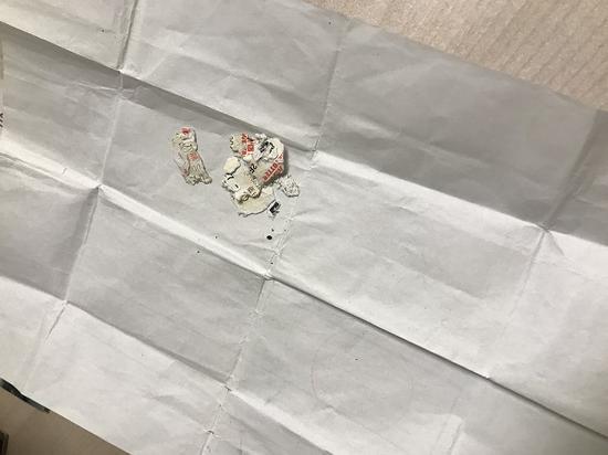 图说:孙先生在裤子口袋中找到了碎成一团的彩票