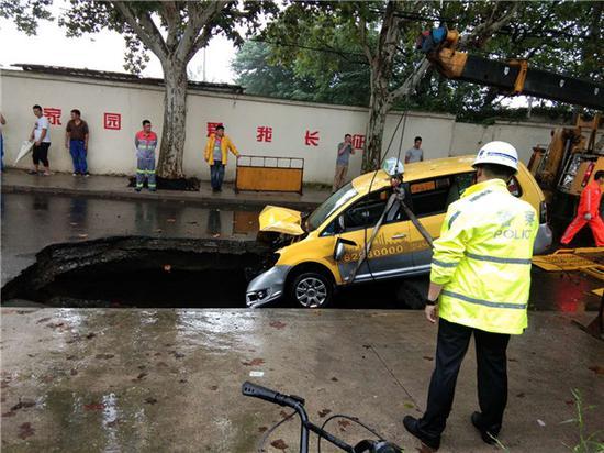 图说:事故车辆被吊离 市民提供
