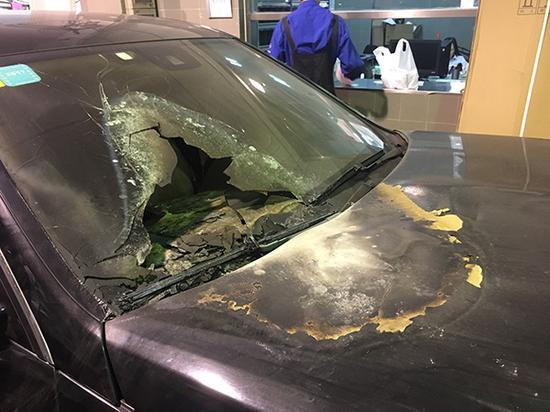 车辆外壳损伤。澎湃新闻记者 朱奕奕 图