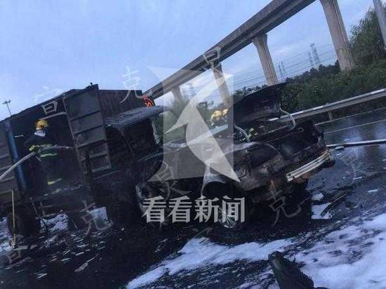 沪昆高速货车轿车迎面相撞起火 致1死1伤