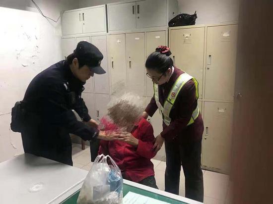 图说:民警和轨交工作人员扶老人到警务室休息 来源/轨交警方供图