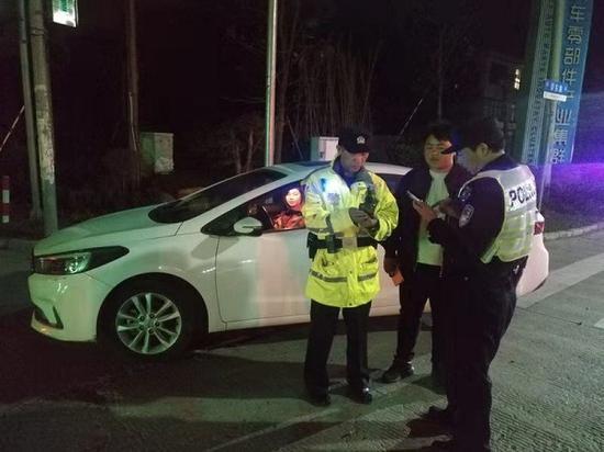 图说:经过盘问,该车驾驶员刑某承认其并未考取驾驶证件 金山警方供图